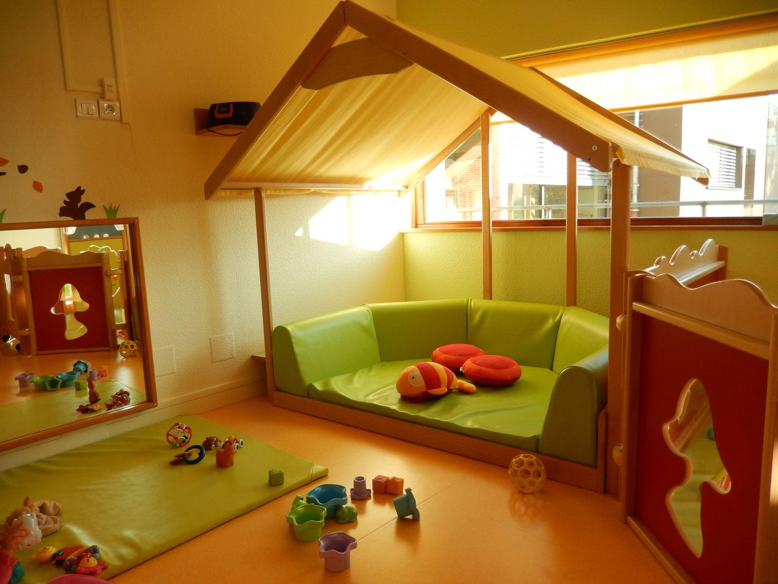 1 salle de jeux b b s 2 espace de jeux moyens 3 espace lecture grands. Black Bedroom Furniture Sets. Home Design Ideas